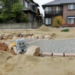 わくわくする作業が始まりました♪~土間コンクリートへのビー玉埋め込み作業^^~