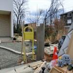 ピンコロ石で縁取られたアプローチ&枕木風の機能門柱と黄色いポスト♪