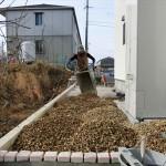 防草シート・砂利入れ作業&擁壁のコア穴あけ&仕切りピンコロ石などなど♪♪
