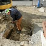大きな穴と長方形の木枠~駐車スペースでの準備作業~