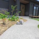 曲線の洗い出しアプローチが美しい植栽のあるお庭